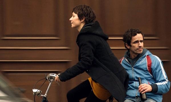 Claire (Julia Koschitz) und Leo (Felix Hellmann) sind seit zwei Jahren ein Paar und glücklich – meistens jedenfalls. Denn eigentlich passen sie gar nicht zusammen ...