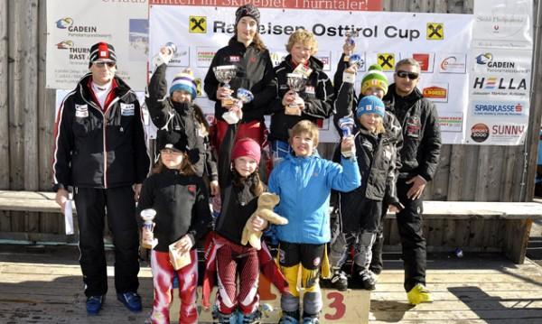 Die strahlenden Klassensieger des Thurntaler Kinderslaloms mit Obm. Webhofer Hanspeter und TSV-Vertreter Gerald Standteiner.