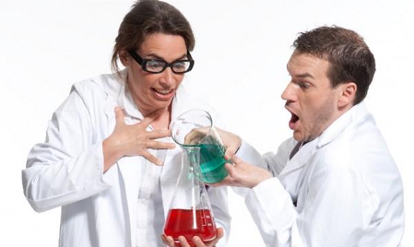 Dr. Anna Lyse und Prof. Theo Retisch bei einem ihrer wissenschaftlichen Experimente. (Foto: Bernhard Schramm)