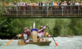 Kajaks und Pappboot-Akrobaten auf der Drau