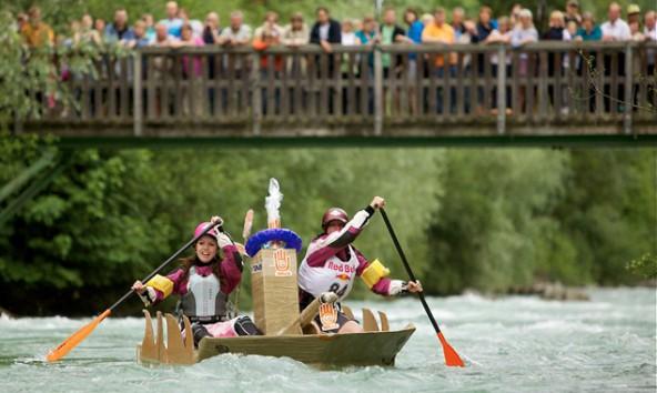 Stabil und kreativ soll es sein, das Pappboot. Der Fantasie sind keine Grenzen gesetzt. Foto: Martin Lugger