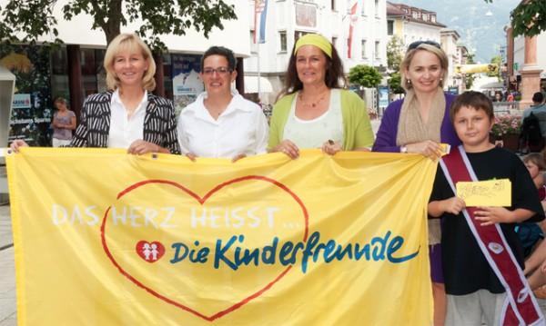 v.l. Silvia Tauchmann, Birgit Gritzer, Monika Papesh, Elisabeth Blanik und Valentin, der Kinderstadt-Bürgermeister des Vorjahres.