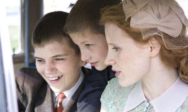 Mrs. O'Brien (Jessica Chastain) mit ihren Söhnen Jack (Hunter McCracken, vorne) und Steve (Tye Sheridan) Mrs. O'Brien (Jessica Chastain) mit ihren Söhnen Jack (Hunter McCracken, vorne) und Steve (Tye Sheridan)