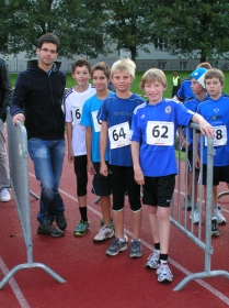 Betreuer Andreas Moser mit seinen Schützlingen in Schwaz.