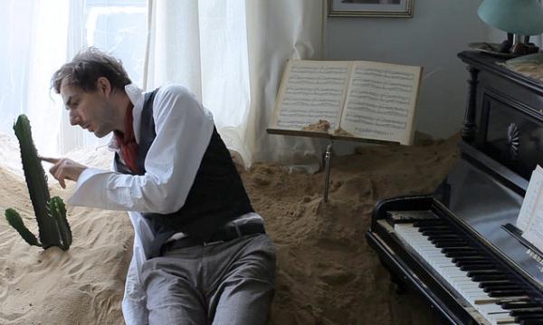 Der notorische Lügner Benno (Fabian Krüger) beginnt sich wortwörtlich in Sand aufzulösen ...