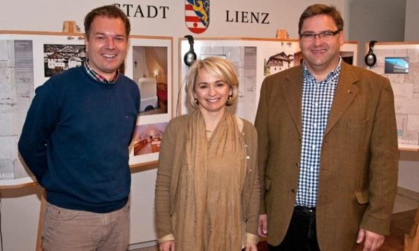 Projektkoordinator Thomas Kranebitter, Bürgermeisterin Elisabeth Blanik und Stadtbaumeister Klaus Seirer bei der heutigen Ausstellungseröffnung