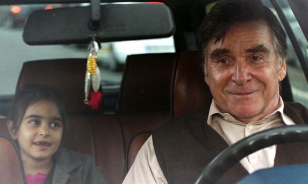 Hayat (Mercan Türkoglu) bringt Hartmut (Elmar Wepper) immer wieder zum Lachen. (© Majestic)