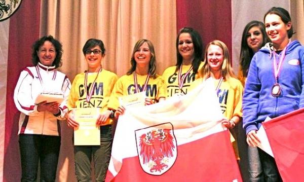 Die erfolgreichen Läuferinnen des Gymnasium Lienz Oberstufe bei der Siegerehrung