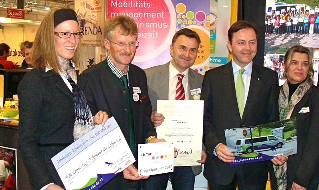 """Umweltminister Berlakovich überreichte die klima:aktiv-Auszeichnung für das """"defMobil"""" an die Osttiroler Delegation. Foto: Regionsmanagement Osttirol"""