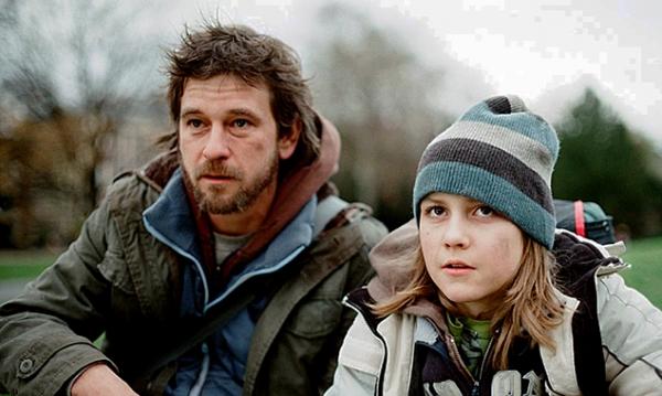 Eine psychische Erkrankung wirft Martin Blunt (Peter Schneider) aus der Bahn. Er freundet sich mit dem zehnjährigen Viktor (Timur Massold) an … Ungewaschen und ungeschönt: Regisseur Weingartner zeigt den Absturz in realistisch-dokumentarischem Stil.