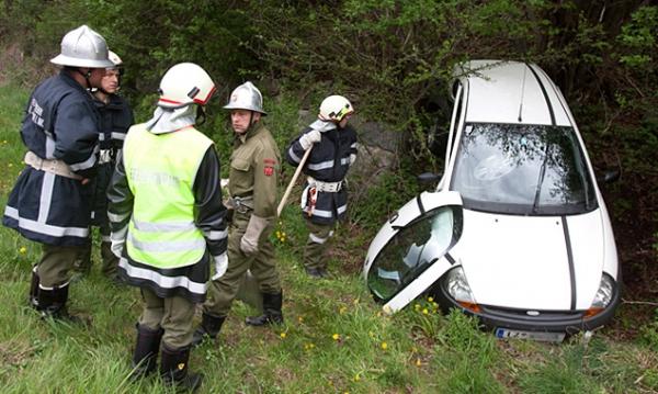 Durch die Wucht des Aufpralls landete ein Fahrzeug im Straßengraben. (Foto: Brunner Images)
