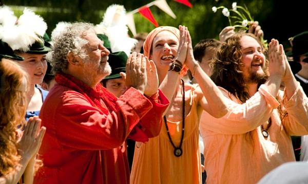 """Ein Sommer der Befreiung, ein Sommer der Liebe, ein Sommer der Entscheidung! SOMMER IN ORANGE ist eine Culture Clash-Komödie über jene Zeit, als Selbsterfahrung noch kein Mainstream und die bayerische """"Seele"""" noch nicht lässig war."""