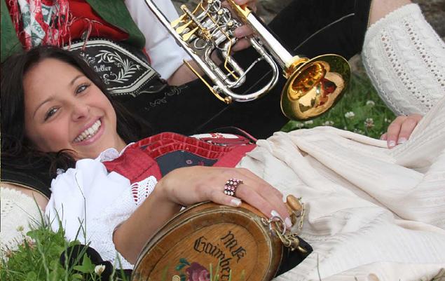 In Gaimberg warten Musik, Essen und Trinken auf die Gäste, die gute Laune müssen sie selber mitbringen.