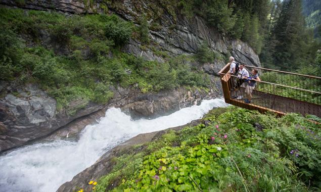 Dem Argument, dass der Nationalpark Hohe Tauern kein Geld in die Region bringt, widerspricht alleine schon der beeindruckende Ausbau des Wasserschaupfades an den Umbalfälle. Kosten: 300.000 Euro.