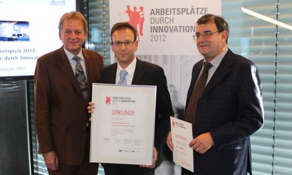 Erwin Zangerl (l.) und Klaus Schnitzer (r.) überreichten Geschäftsführer Klaus Schneider die Auszeichnung.