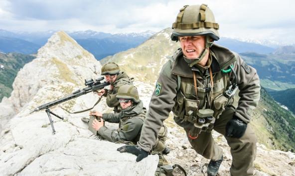 Maschinengewehr-Trupp des österreichischen Bundesheeres während einer Scharfschuss-Übung am Karnischen Kamm nahe Kartitsch. Foto: Expa/Feichter