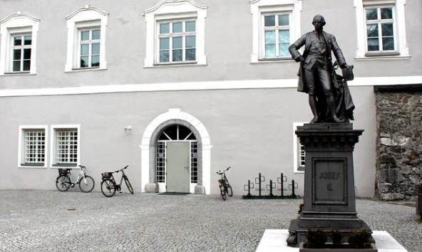 Da das Denkmalamt für den Frontbereich der Liebburg den Bau einer Rampe untersagt hat, erfolgt der barrierefreie Zugang über den Europaplatz.