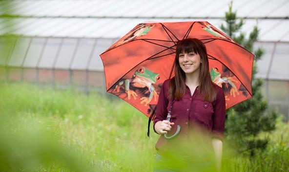 """Liora Brunner hat zwar einen Frosch auf dem Regenschirm aber nicht im Hals. Sie ist Tirols beste junge """"Spontanrednerin"""". Foto: Tobias Tschurtschenthaler"""