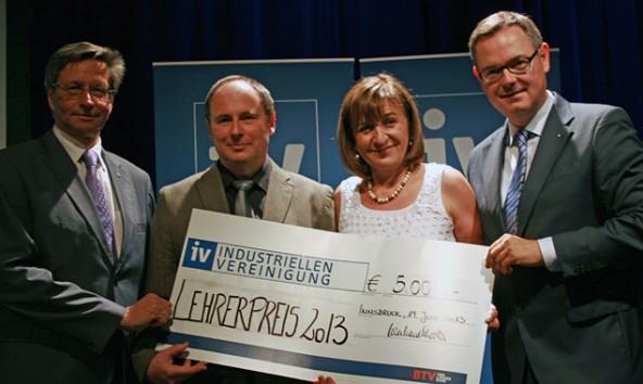 Der Industrie-Lehrer-Preis ist mit 5.000 Euro dotiert. Von links: IV-Tirol-Präsident Reinhard Schretter, der Sieger Hansjörg Schönfelder, Landesrätin Beate Palfrader und der Geschäftsführer der IV, Josef Lettenbichler.