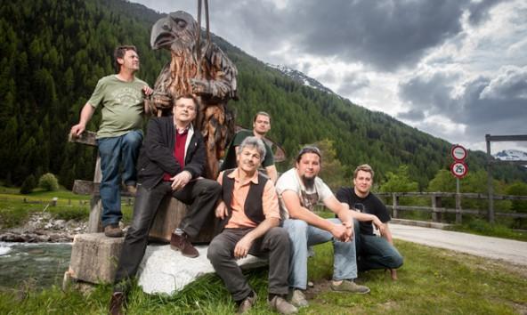 Fünf Bildhauer, Landart-Initiator Gerald Hauser (2. v. links) und der Schnabelmensch. Fotos: Martin Lugger