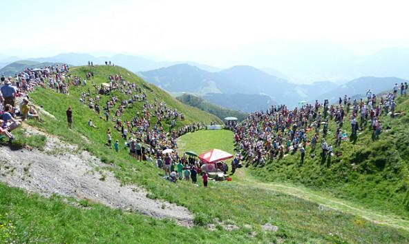 Mehr als 2000 Menschen pilgern aus allen Himmelsrichtungen zur Naturarena am Hundstoan.