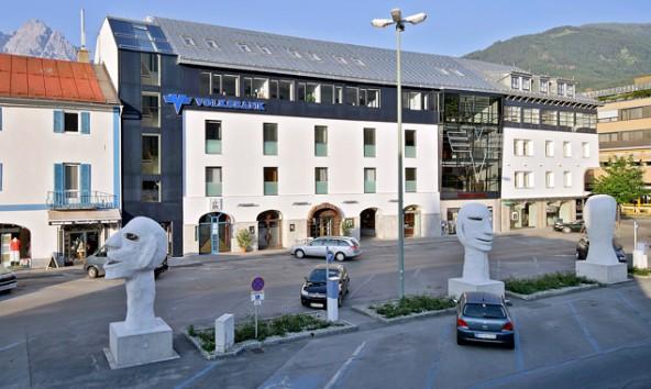 Sollen sie bleiben oder absiedeln? Wir fragen die Dolomitenstadt-Leser nach ihrer Meinung zu den Gipsköpfen auf dem Südtirolerplatz in Lienz.