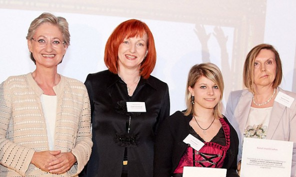 Bei der Preisverleihung (v.l.): Bundesministerin Claudia Schmied, Fachlehrerin Josefa Ebenberger, Tyrolia-Lehrling Ivana Gasser und TFBS-Direktorin Susanna Tasch. (Foto: BMUK)