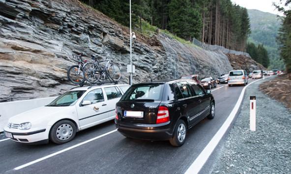 """Trotz """"Bypass"""" und Ampelregelung rollt der Verkehr fast wie eh und je über den Felbertauern."""