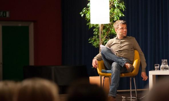 """Georg Haderer beim """"Literarischen Krimiquartett"""" im April 2013 in Lienz."""