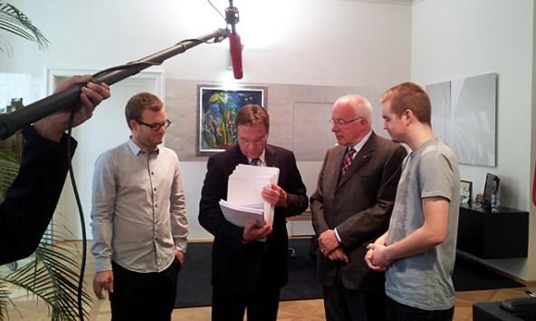 Günther Platter zählt nach, Herwig van Staa schaut ihm dabei über die Schulter und zwei Studenten haben bewiesen, dass der Direktzug ein Thema ist. 7.xxx Unterschriften für seine Beibehaltung wurden gesammelt.