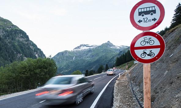 Busse bis 12 Meter und Lkw bis 14 Meter dürfen auf Osttiroler Seite fahren. In Salzburg dürfen auch Laster nur 12 Meter lang sein. Fotos: Expa/Groder