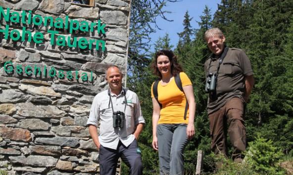Hermann Stotter, Ingrid Felipe und Jägermeister Anton Larcher am Eingang in das Gschlösstal.