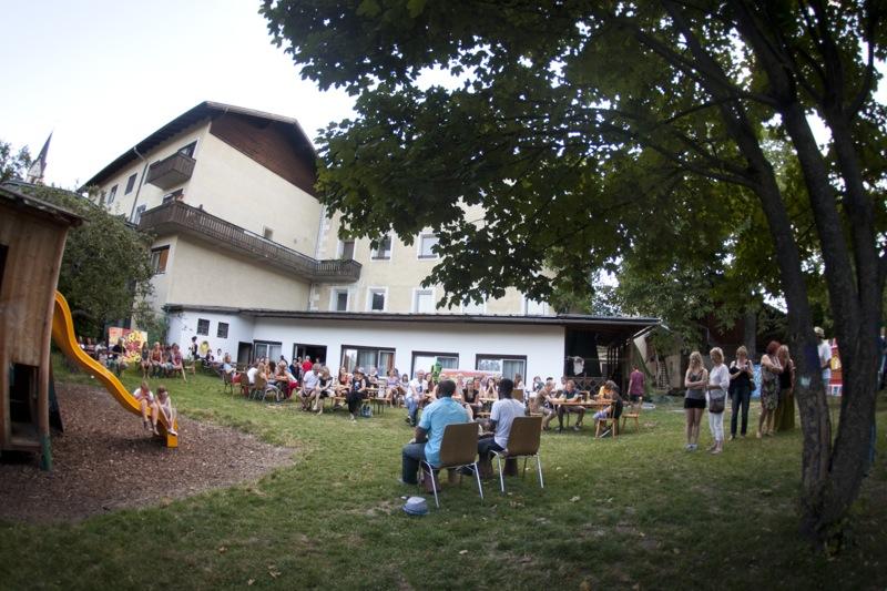 Das Flüchtlingsheim Angerburg in Lienz wird oft zum Treffpunt und einem Ort des Austausches. Foto: Ramona Waldner