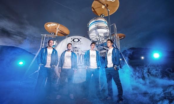 """Rene Mair, Markus Warscher, Peter Lindsberger und Markus Wendlinger vor dem größten Schlagzeug der Welt. Sie stehen mit """"Big Boom"""" jetzt im Guiness Buch der Rekorde. Foto: Martin Lugger"""