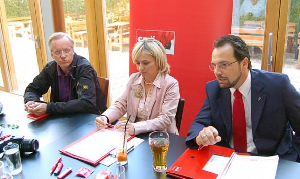 Eisenbahner Willi Lackner, Bürgermeisterin Elisabeth Blanik und der SP-Nationalratskandidat Karl Zabernig macht ihrem Ärger nach dem Bahngipfel Luft.