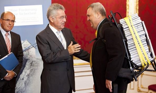 VAVÖ-Geschäftsführer Rudolf Kaupe schleppte 50 Kilo Papier zu Heinz Fischer in die Hofburg. Foto: Michele Pauty