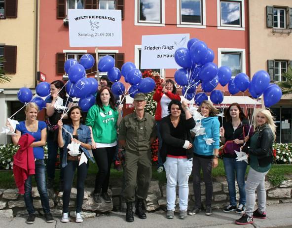 Spontan schloss sich Stabswachtmeister Lusser auf dem Lienzer Hauptplatz der Friedenskampagne der Lehrlinge EH 3a der Tiroler Fachberufsschule an.