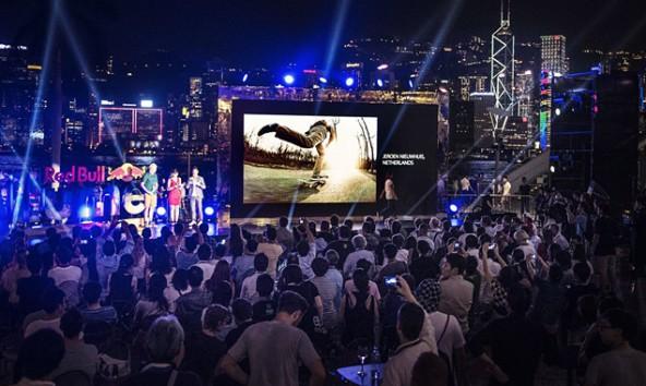"""""""And the Winner is ..."""" nach dem Finale werden die 50 besten Bilder – darunter auch die von Lugger und Eder, 14 tage Hong Kong bei nacht illuminieren. Foto: Brian Ching See Wing/Red Bull"""