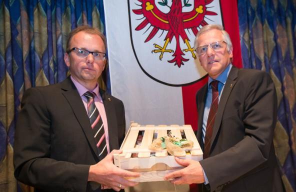 Erwin Schiffmann (links) übergab sein Amt, Nachfolger Martin Mayerl ein Geschenk.