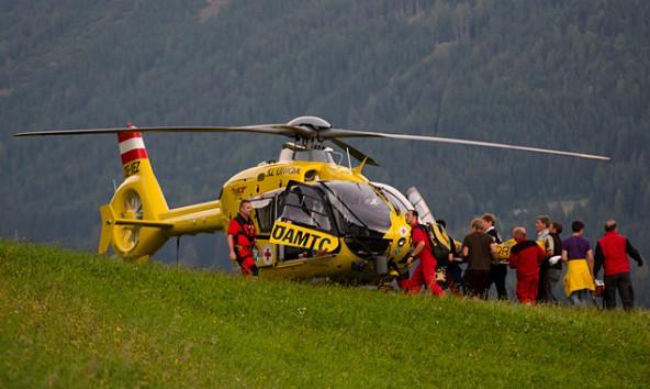 Der verletzte Gleitschirmpilot wird zum Hubschrauber gebracht. Foto: Brunner Images