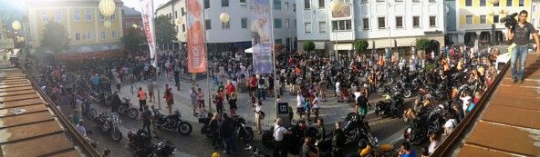 Unten die Harleys, oben auf dem Dach der Kameramann. Dolomitenstadt dokumentiert seit drei Jahren auch in einer gefilmten Chronik das Leben im Bezirk.