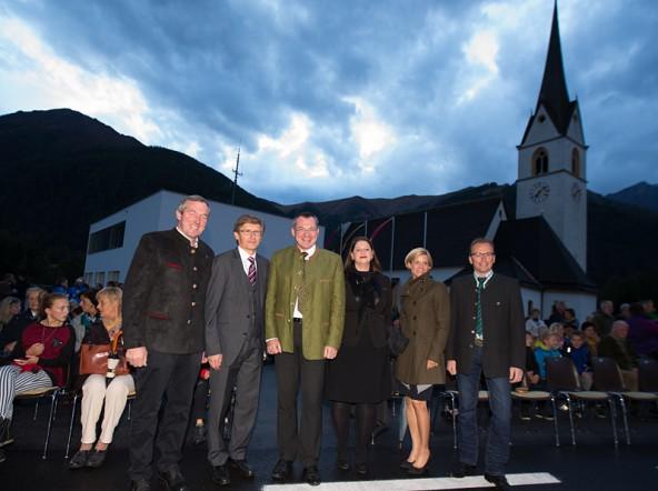 Auch politisch bleibt in Kals die Kirche im Dorf: Hermann Kuenz, Bürgermeister Klas UNterweger, LR Johannes Trattner, Bezirkshauptfrau Olga Reisner, Silke Steiner und Martin Mayerl.