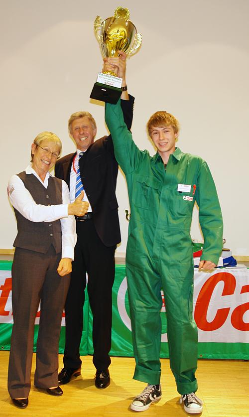 Michaela Rockenbauer (Castrol) und Landesinnungsmeister Martin Gertl freuten sich mit dem strahlenden Sieger.