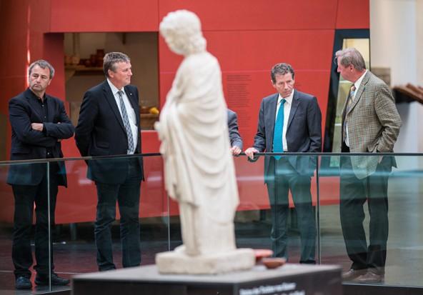 Minister Töchterle ließ sich von Leo Gomig (links) und dem Dölsacher Bürgermeister Sepp Mair Osttirols bedeutendstes Museum zeigen: Aguntum.