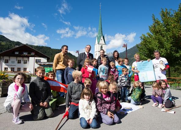 Gruppenbild mit Minister.  Bürgermeister Ludwig Pedarnig und Schlaitner Kinder begrüßten den hochkarätigen Radler.