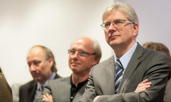 Sicherheit geht vor Zinsen, so erklärt Sparkassen-Vorstand Anton Klocker (rechts) die Popularität von Sparbuch und Bausparen. Foto: Tobias Tschurtschenthaler