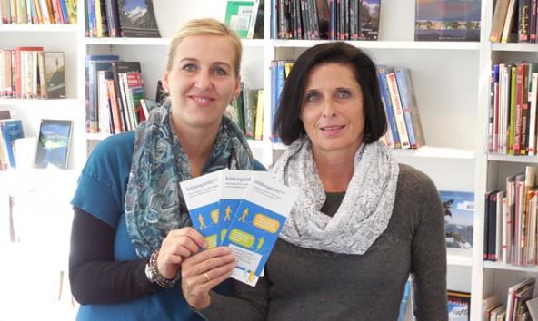 Büchereileiterin Anja Kofler (links) und Beraterin Annelies Mutschlechner-Hatz zeigen, wie viele Seiten lebenslanges Lernen hat.  Foto: amg-tirol