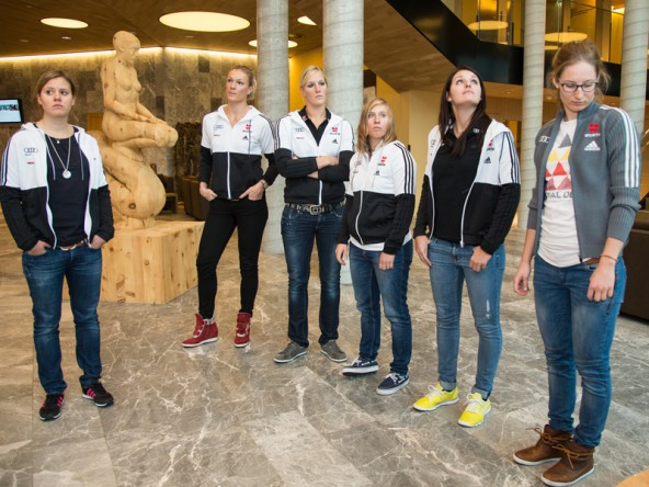 Nur nicht in die Kamera schauen! Die DSV-Mädels beim Posing in der Gradonna-Halle. Von links: Viktoria Rebensburg, Maria Hoefl Riesch, Susanne Riesch, Veronique Hronek, Christina Geiger, und Lena Dürr.