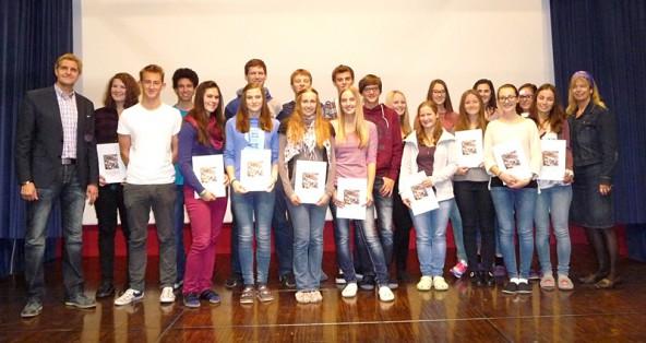 Arno Oberegger (links) und Ursula Strobl (rechts) mit den zertifizierten SchülerInnen.
