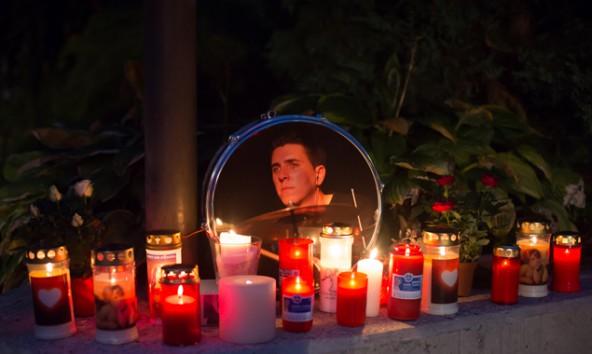 Vor der Lienzer Musikschule entzündeten Freunde und Schüler Kerzen für Markus Wendlinger. Foto: Brunner Images